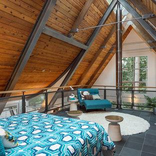 シアトルの広いインダストリアルスタイルのおしゃれなロフト寝室 (白い壁、スレートの床) のインテリア