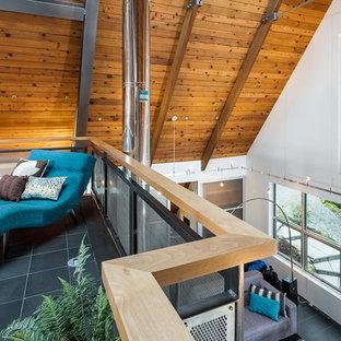 Diseño de dormitorio tipo loft, urbano, grande, con paredes blancas y suelo de pizarra
