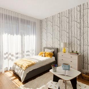 ニューヨークの中くらいの北欧スタイルのおしゃれな客用寝室 (マルチカラーの壁、無垢フローリング、黄色い床) のレイアウト