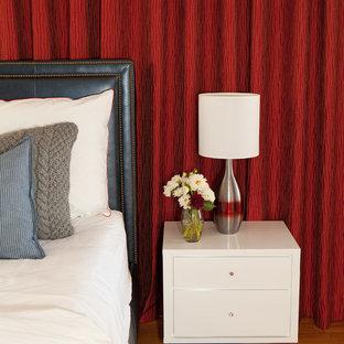 Immagine di una camera matrimoniale moderna di medie dimensioni con nessun camino, pareti rosse e pavimento in legno massello medio