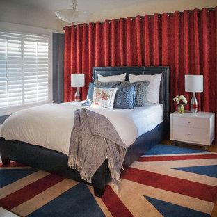 Foto di una camera matrimoniale contemporanea di medie dimensioni con pareti blu, nessun camino, moquette e pavimento multicolore