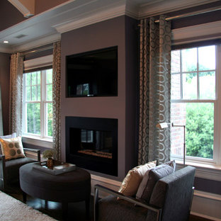 Exempel på ett stort klassiskt huvudsovrum, med lila väggar, mörkt trägolv, en spiselkrans i metall och en standard öppen spis