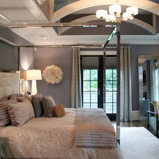 Inspiration för stora klassiska huvudsovrum, med lila väggar och mörkt trägolv