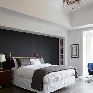 トロントの広いコンテンポラリースタイルのおしゃれな主寝室 (白い壁、濃色無垢フローリング、標準型暖炉、漆喰の暖炉まわり、茶色い床) のレイアウト