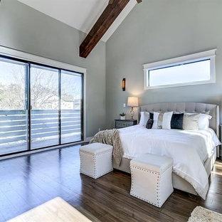 Immagine di una grande camera matrimoniale stile americano con pareti grigie, parquet scuro, nessun camino e pavimento marrone