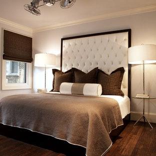 シアトルのコンテンポラリースタイルのおしゃれな客用寝室 (グレーの壁、濃色無垢フローリング、茶色い床) のインテリア