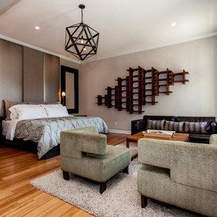 Modelo de dormitorio principal, moderno, grande, con paredes grises y suelo de bambú