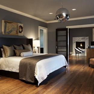 На фото: большие хозяйские спальни в современном стиле с серыми стенами, темным паркетным полом и коричневым полом без камина