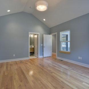 Imagen de dormitorio principal, minimalista, pequeño, sin chimenea, con paredes grises y suelo de madera clara
