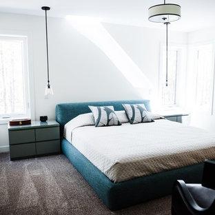 Foto de dormitorio principal, moderno, grande, con paredes blancas, moqueta, chimenea de esquina y suelo marrón