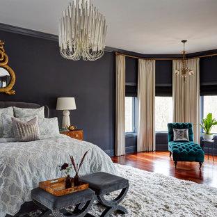 Immagine di una grande camera matrimoniale vittoriana con pareti nere, pavimento in legno massello medio e pavimento marrone