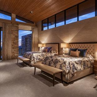Inspiration pour une très grande chambre design avec un mur beige, aucune cheminée et un sol beige.