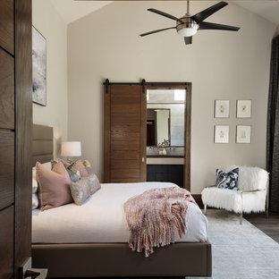 Foto de dormitorio principal, minimalista, de tamaño medio, sin chimenea, con suelo de madera oscura, suelo marrón y paredes beige