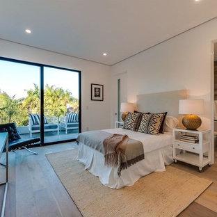 Ispirazione per una grande camera degli ospiti minimalista con pareti rosa, pavimento in bambù e pavimento beige