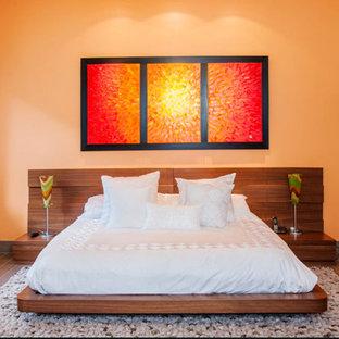 マイアミの中サイズのコンテンポラリースタイルのおしゃれなゲスト用寝室 (オレンジの壁、磁器タイルの床、暖炉なし、茶色い床) のインテリア