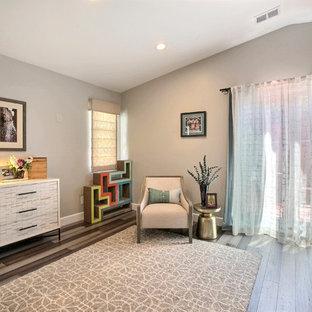 Cette image montre une chambre parentale traditionnelle de taille moyenne avec un mur blanc, un sol en bambou et un sol gris.
