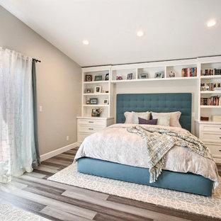 他の地域の中くらいのトランジショナルスタイルのおしゃれな主寝室 (白い壁、竹フローリング、グレーの床、暖炉なし)