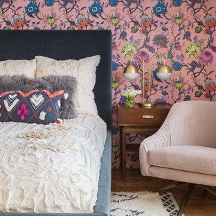 На фото: спальни в стиле фьюжн с разноцветными стенами и паркетным полом среднего тона