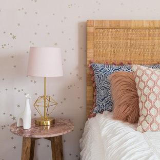 Ispirazione per una camera da letto moderna con pareti rosa