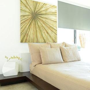 Foto di una camera degli ospiti contemporanea di medie dimensioni con pareti bianche, pavimento in cemento e nessun camino
