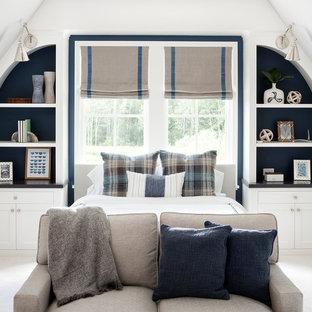 Aménagement d'une grande chambre avec moquette éclectique avec un mur beige.