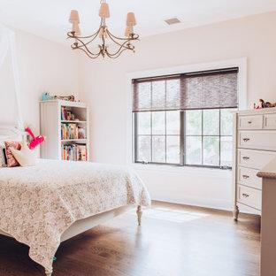 Idéer för ett mellanstort modernt sovrum, med rosa väggar och mörkt trägolv