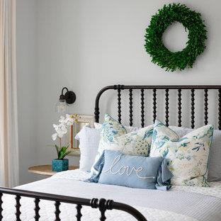 Landhaus Gästezimmer ohne Kamin mit grauer Wandfarbe in Washington, D.C.