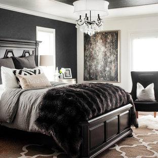 Ispirazione per una camera matrimoniale country di medie dimensioni con pareti nere e moquette