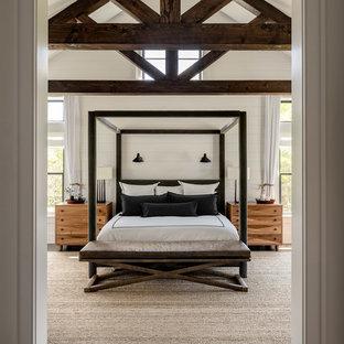 Ejemplo de dormitorio principal, de estilo de casa de campo, grande, con paredes blancas, suelo de madera oscura y suelo marrón
