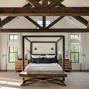 ニューヨークの大きいカントリー風おしゃれな主寝室 (白い壁、濃色無垢フローリング、茶色い床)