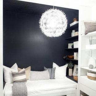 Idéer för ett litet minimalistiskt gästrum, med laminatgolv