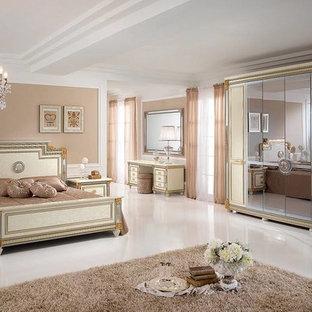 Idées déco pour une grande chambre parentale victorienne avec un mur beige, un sol en carrelage de porcelaine, aucune cheminée et un sol blanc.