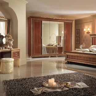 Пример оригинального дизайна: огромная хозяйская спальня в викторианском стиле с бежевыми стенами, полом из керамогранита и бежевым полом без камина