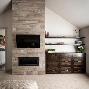 Idee per una camera matrimoniale minimalista di medie dimensioni con pareti beige, moquette, camino lineare Ribbon, cornice del camino piastrellata e pavimento beige