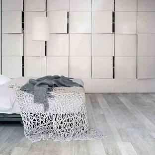 Imagen de dormitorio principal, moderno, de tamaño medio, con paredes blancas y suelo de baldosas de porcelana