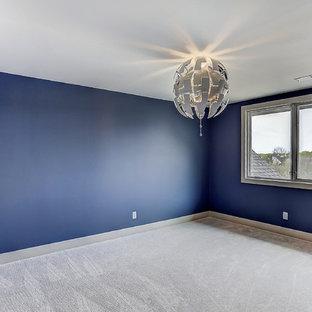 Ispirazione per una camera matrimoniale chic di medie dimensioni con pareti blu, moquette, nessun camino e pavimento beige