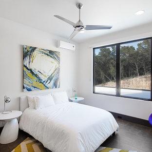 Imagen de habitación de invitados moderna, grande, sin chimenea, con paredes blancas, suelo de baldosas de porcelana y marco de chimenea de baldosas y/o azulejos