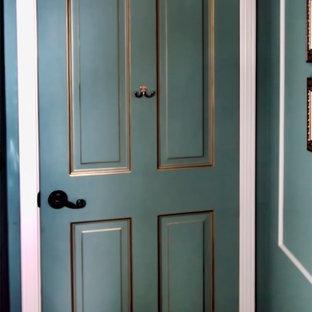 Modelo de habitación de invitados moderna, de tamaño medio, sin chimenea, con paredes azules y moqueta