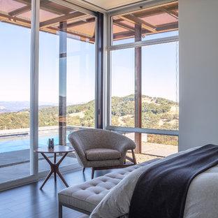 Idee per una camera da letto design con pareti bianche, parquet scuro e pavimento marrone