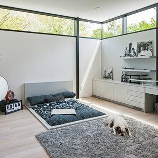 Idee per una camera da letto nordica con pareti bianche e angolo studio