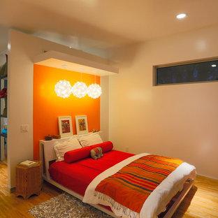 На фото: спальня в современном стиле с оранжевыми стенами