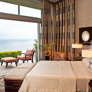 Foto di una camera matrimoniale design con pareti beige e nessun camino
