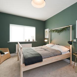 Foto de habitación de invitados nórdica, de tamaño medio, con paredes verdes, moqueta y suelo beige