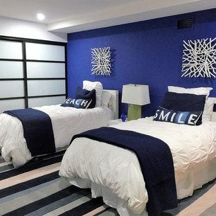 Источник вдохновения для домашнего уюта: гостевая спальня среднего размера в стиле модернизм с синими стенами и полом из керамогранита без камина
