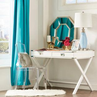 Imagen de dormitorio tipo loft, contemporáneo, de tamaño medio, con paredes blancas y suelo de madera en tonos medios