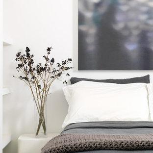 Foto de habitación de invitados urbana, pequeña, con paredes blancas, suelo de cemento y suelo gris