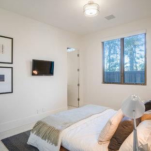 Esempio di una grande camera degli ospiti contemporanea con pareti bianche, pavimento in pietra calcarea, nessun camino e pavimento bianco
