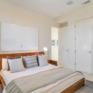 Пример оригинального дизайна: большая гостевая спальня в современном стиле с белыми стенами, полом из известняка и белым полом без камина