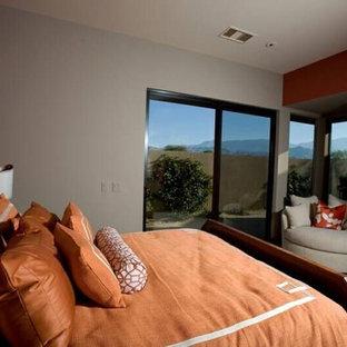 Foto de habitación de invitados contemporánea, extra grande, con parades naranjas y moqueta