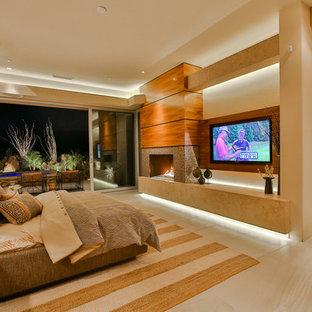 Exempel på ett stort modernt huvudsovrum, med beige väggar, klinkergolv i porslin, en standard öppen spis, en spiselkrans i trä och beiget golv